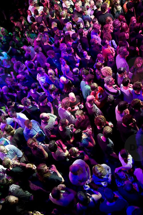 Nederland Rotterdam 2 september 2008 20080902 Foto: David Rozing.Opening WATT mensenmassa op de dansvloer.Op 4 september gaat de eerste duurzame dancing ter wereld open: Club Watt in Rotterdam. Niet alleen wordt er energie bespaard door gebruik te maken van groene stroom en LED-verlichting, maar er wordt ook energie opgewekt. Een ingenieuze dansvloer zet de energie van het dansend publiek om in elektriciteit..Duurzaamheid speelt een sleutelrol in de exploitatie en bedrijfsvoering van WATT. Zo zal de zaal worden uitgerust met een energieopwekkende vloer van zes bij zes meter. Deze zet de beweging van de dansende bezoekers om in elektrische energie die vervolgens gebruikt wordt om de vloer te verlichten. De zerowaste bars, die ook worden aangeschaft, verbruiken een minimum aan elektriciteit en water. Ook zal er ook nog een 'waterwall' komen. Deze maakt het onzichtbare hemel- en grijswatercircuit zichtbaar. De 'waterwall' start bij de regenwaterbassins op het dak en eindigt via de toiletten bij het riool..Op donderdag 4 september 2008 zal WATT in Rotterdam zijn deuren openen. Het zal de eerste duurzame Dance Club ter wereld zijn. Het gebouw, voorheen Nighttown, zal de komende maanden worden getransformeerd tot een duurzaam cultureel podium, dance club en poppodium...Foto David Rozing