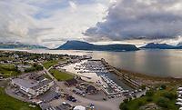 Luftfoto som gir overblikk over havnen i Nesna, som er et tettsted og administrasjonssenteret i Nesna kommune i Nordland fylke.