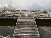Zevenhuizen-Moerkapelle, Nederland - 13 mei 2021: Aanlegsteiger aan de rivier de Rotte.   Zevenhuizen-Moerkapelle, Netherlands - May 13, 2021: Jetty at the Rotte river.