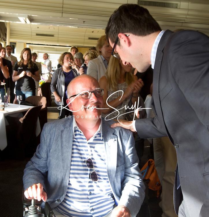 SCHEVENINGEN  (Den Haag) - Frank van der Peet van de Gemeente Den Haag is benoemd tot Lid van Verdienste van de KNHB. Hij krijgt van Jan Albers de bondsspeld. rechts Karsten Klein. COPYRIGHT KOEN SUYK