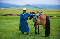 Mongolie, Province d'Ovorkhangai, Davagdorj, nomade dans la Vallee de l'Orkhon. // Mongolia, Ovorkhangai province, Davagdorj and his horse, nomad in the Orkhon valley.