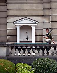THEMENBILD - Brüssel ist die Haupt- und Residenzstadt des Königreichs Belgien, Sitz der Institutionen der Flämischen und Französischen Gemeinschaft Belgiens sowie von Flandern und Hauptort der Region Brüssel-Hauptstadt. Zudem stellt die Stadt den Hauptsitz der Europäischen Union sowie den Sitz der NATO, ferner den des ständigen Sekretariats der Benelux-Länder, der Westeuropäischen Union und der EUROCONTROL, hier im Bild Königlicher Soldat, Wache patroulliert vor Wachhäuschen, Königlicher Palast Palais Royal aufgenommen am 28. Juli 2013 // THEMES PICTURE - Brussels is the capital and residence city of the Kingdom of Belgium, the seat of the institutions of the Flemish and French Community of Belgium and the capital of Flanders and Brussels-Capital Region. In addition, the city is the headquarters of the European Union, and the headquarters of NATO, also the Permanent Secretariat of the Benelux countries, the Western European Union and EUROCONTROL pictured on 28th of July 2013. EXPA Pictures © 2013, PhotoCredit: EXPA/ Eibner/ Michael Weber<br /> <br /> ***** ATTENTION - OUT OF GER *****