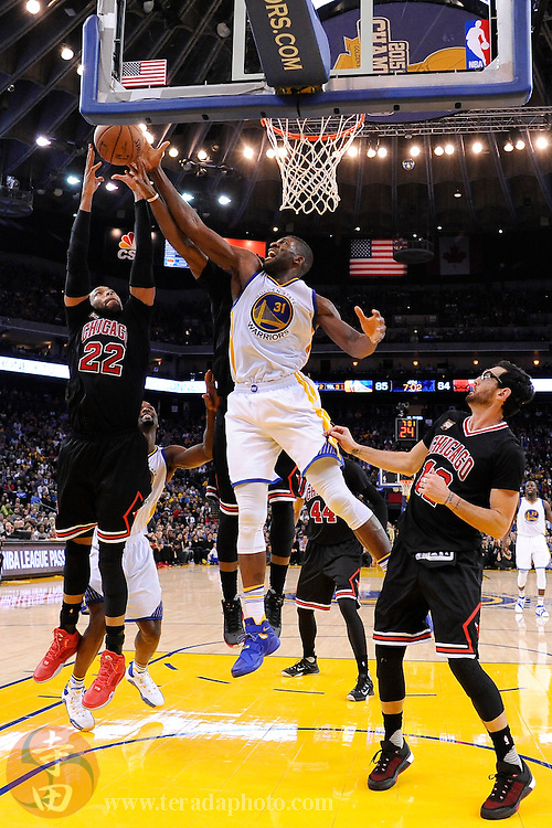 November 20, 2015; Oakland, CA, USA; Chicago Bulls forward Taj Gibson (22) fights for the rebound with Golden State Warriors center Festus Ezeli (31) during the fourth quarter at Oracle Arena. The Warriors defeated the Bulls 106-94.
