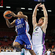 Anadolu Efes's Dontaye Draper (L) and Unicaja Malaga's Jon Stefansson (R) during their Turkish Airlines Euroleague Basketball Top 16 Round 2 match Anadolu Efes between Unicaja Malaga at Abdi ipekci arena in Istanbul, Turkey, Friday January 09, 2015. Photo by Aykut AKICI/TURKPIX
