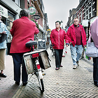 Nederland,Winterswijk ,12 juni 2008..Winkelende inwoners in de binnenstad van winterswijk. Shopping inhabitants in a shopping street in the center of Winterswijk.