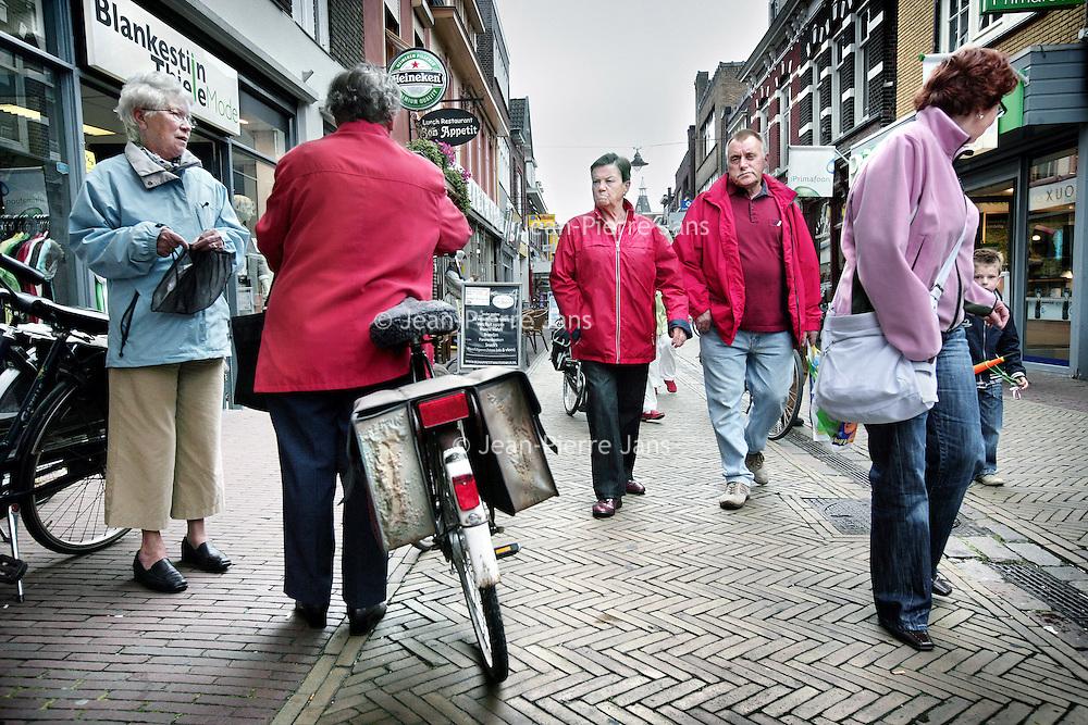 Nederland,Winterswijk ,12 juni 2008..Winkelende inwoners in de binnenstad van winterswijk. Shopping inhabitants in a shopping street in the center of Winterswijk.