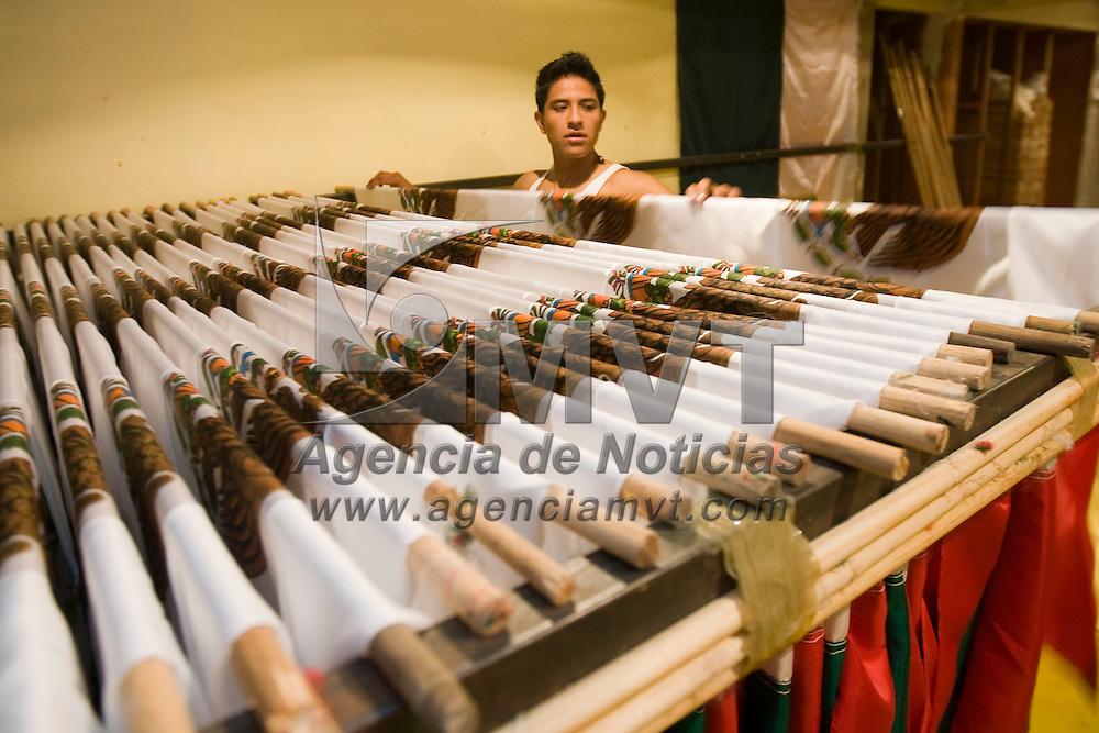 TOLUCA, México.- Integrantes de la familia Cosme trabajan en un taller de la comunidad de San Pedro Totoltepec en la manufactura de banderas de Mexico, en la vispera de las fiestas de independencia. Agencia MVT / Mario Vázquez de la Torre. (DIGITAL)
