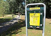 Nederland, Venlo, 4-8-2013Aan de rand van een park, het Wilhelminapark, staat een bord en een container voor gratis poepzakjes voor honden.Foto: Flip Franssen/Hollandse Hoogte