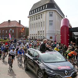 BORKUM (GER) wielrennen <br />De slotetappe van de Energiewachttour 2016 werd verreden op het Duitse Waddeneiland Borkum.<br />Wedstrijdleider Gerrit Roelofsen leidt de rensters door de straten van Borkum tijdens de neutralisatie