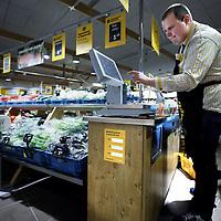 Nederland, Amsterdam , 13 maart 2013..Supermarktketen jumbo, het vroegere C1000 heeft na enkele weken een nieuwe filiaal op het Buikslotermeerplein geopend..Op de foto de openingsdag..Foto:Jean-Pierre Jans