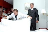 """12 AUG 2003, FRANKFURT/ODER/GERMANY:<br /> Wolfgang Clement, SPD, Bundeswirtschaftsminister, und ein Auszubildernder beim Bettenmachen, waehrend dem Besuch das Ramada-Treff Hotel im Rahmen der Ausbildungstour """"Vorfahrt fuer Lehrstellen<br /> IMAGE: 20030812-01-030<br /> KEYWORDS: Auzbis, Auszubildungsplatzoffensive, Lehrstelleninitiative"""