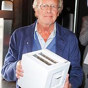 NLD/Breda/20120605 - Inloop Princess Cooking Acadamy, Jan des Bouvrie met de door hem ontworpen broodrooster