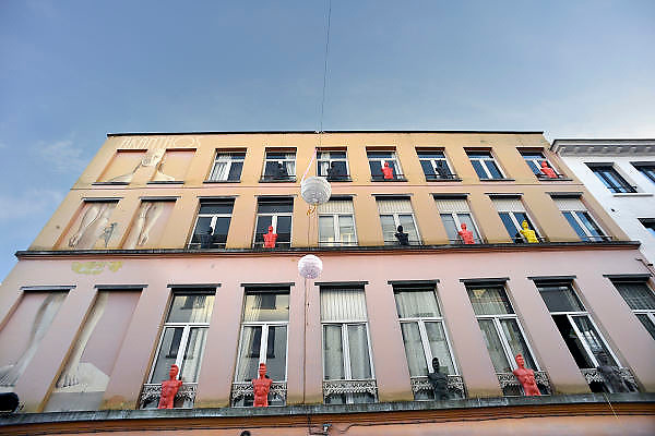 Belgie, Antwerpen, 8-10-2012Tegen de gevel van een winkel die tweedehands spullen verkoopt staan gekleurde etalagepoppen van mannen. Foto: Flip Franssen/Hollandse Hoogte