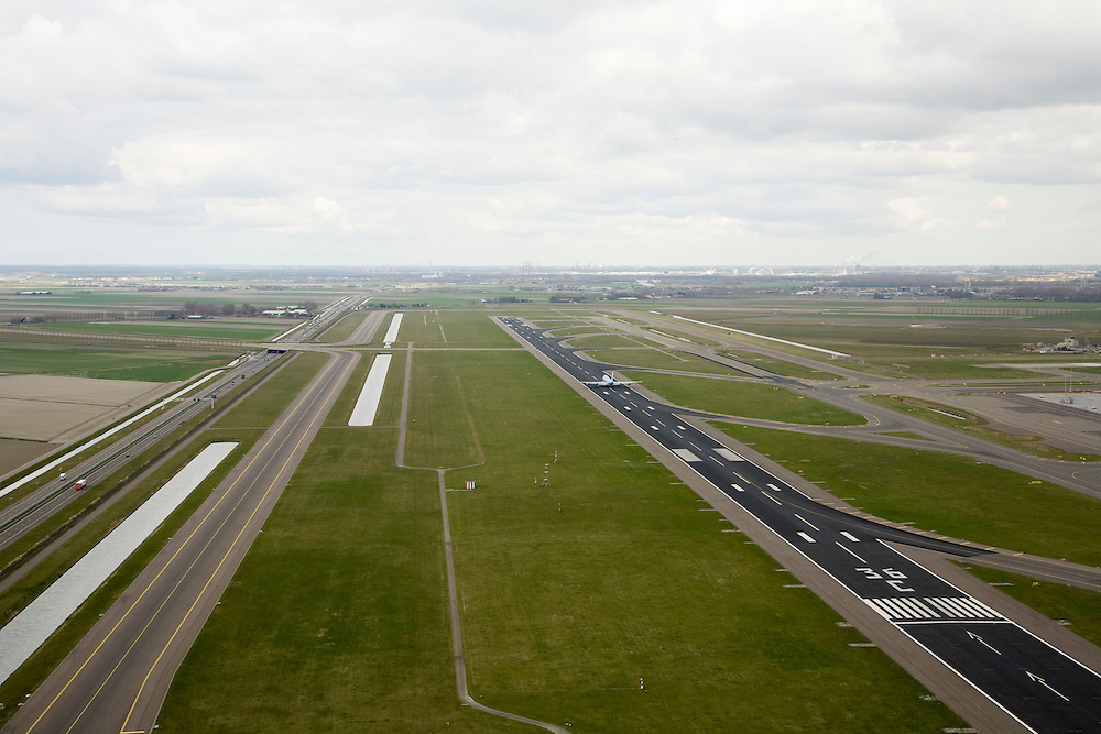 Nederland, Noord-Holland, Haarlemmermeer, 16-04-2008; Schiphol, Zwanenburgbaan, vliegtuig van KLM maakt start; startbaan; links de nieuwe autosnelweg door de podler, de A5; .taxiebaan, landingsbaan, asfalt, ..luchtfoto (toeslag); aerial photo (additional fee required); .foto Siebe Swart / photo Siebe Swart.