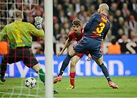 1:0 Tor v.l. Victor Valdes, Torschuetze Thomas Mueller (Bayern), Gerald Pique<br /> Fussball Champions League, Halbfinale Hinspiel, FC Bayern München - FC Barcelona<br /> <br /> Norway only
