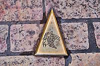 France, Bourgogne-Franche-Comté, Yonne (89), Sens, Brennus emblème de la ville, plaque au sol // France, Burgundy, Yonne, Sens, the head of Brennus, city emblem