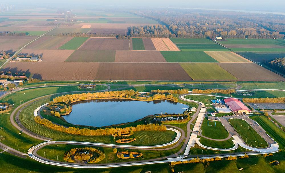 Nederland, Flevoland, Biddinghuizen, 08-09-2009. FlevOnice, 5 kilometer lange openlucht kunstijsbaan, de ijsbaan Flevo on ice is zo gebouwd dat schaatsers het gevoel hebben op natuurijs te schaatsen.<br /> Flevonice, 5 kilometer long open-air ice rink, the rink is built in such a way that skaters experience skating on natural ice.<br /> luchtfoto (toeslag op standaard tarieven);<br /> aerial photo (additional fee required);<br /> copyright© foto/photo Siebe Swart