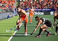 DEN HAAG -  WK Hockey Nieuw Zeeland vs Nederland. Naomi van As in duel met Krystal Forgesson ANP KOEN SUYK