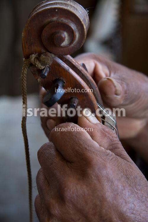 Oaxaca, México, 20 de mayo de 2020. Un músico aprieta las clavijas de su violín / A musician turns the pegs of his violin