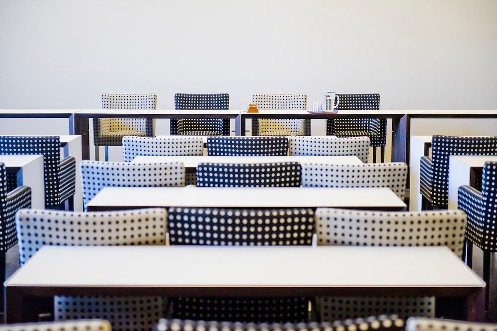Nederland, Den Haag, 8 okt 2009.Zaaltje van conferentiecentrum met mooie stoelen in stippeltjes design..Foto (c) Michiel Wijnbergh.. conference room with design chairs