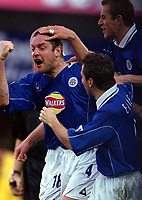 Gerry Taggart celebrates scoring a goal for Leicester with his team mates. Leicester City v Leeds United. FA Premiership, 2/12/00. Credit: Colorsport / Nick Kidd.