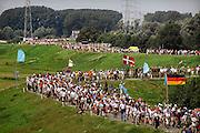 Nederland, Nijmegen, 17-7-2007Vierdaagselopers op de oosterhoutsedijk, waar vorig jaar veel mensen bezweken. Nu ging het goed.Foto: Flip Franssen/Hollandse Hoogte