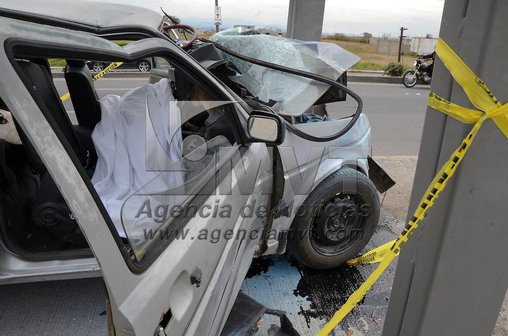 Xonacatlán, Méx.- Dos personas murieron al chocar el vehículo en el que viajaban contra un señalamiento en la carretera Toluca-Naucalpan, en el cruce con Xonacatlán, uno murió en el lugar y el otro mientras era trasladado al hospital. Agencia MVT / José Hernández
