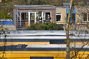 Nijmegen, 14-4-2019Op het rangeerterrein bij het station van Nijmegen is een explosie geweest in een geparkeerd treinstel. Er is een persoon overleden . De trein is beschadigd en het dak is opgebold door de luchtdruk. Onduidelijk is de toedracht. Het slachtoffer was alleen. De treinen staan klaar om naar Roemenie gaan, maar de betaling is nog niet geregeld. Foto: Flip Franssen