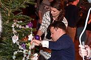 Sky Radio's jaarlijkse goede doelen-event Christmas Tree For Charity in Studio 22, Hilversum.<br /> <br /> Op de foto:  Roel van Velzen & Roos Moggré (MasterPeace)