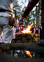 22.09.2015 Oszkinie woj podlaskie Dzien Jednosci Baltow . Swieto zostalo uchwalone w 2000 r. przez parlamenty dwu baltyckich krajow - Litwy i Lotwy - na pamiatke bitwy pod Szawlami w 1236 roku , podczas ktorej zjednoczone sily mieszkancow Zmudzi , Auksztoty oraz Zemgalow rozbily armie zakonu Zakonu Kawalerow Mieczowych . Tego dnia na wzgorzach zamkowych w polnocno-wschodniej Polsce - zamieszkanej przez mniejszosc litewska , oraz na Litwie , Lotwie , Estonii plona ogniska n/z Obrzedy Ognia - zapalenie swietego ognia , gdzie juz 7000 lat temu odprawiono obrzedy fot Michal Kosc / AGENCJA WSCHOD