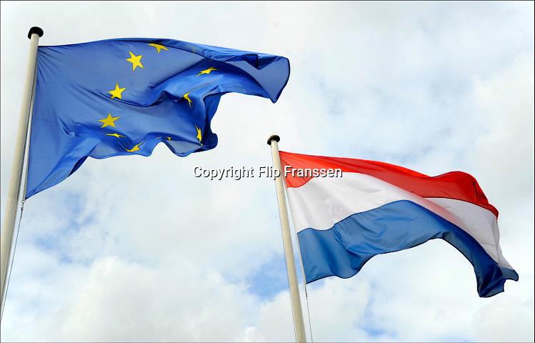 Nederland, Groesbeek, 19-9-2010De nederlandse en europese vlag wapperen in de wind. Dutch and european flag in the wind.Foto: Flip Franssen/Hollandse Hoogte