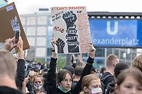"""06 JUN 2020, BERLIN/GERMANY:<br /> Junge Frau haaelt ein Schild mit den Namen von Toten durch Polizeigewalt hoch, """"Silent Demo"""" anl. des gewaltsamen Todes des US-Afroamerikaners George Floyd durch Polizeigewalt in Minneapolis, Alexanderplatz<br /> IMAGE: 20200606-01-002<br /> KEYWORDS: Demonstration, demonstrator, Protest, Black Lives Matter, #blacklivesmatter"""