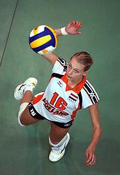 29-10-2001 VOLLEYBAL: JONG ORANJE DAMES: ZEIST<br /> Portretfoto Dames Jong Oranje / Manon Flier<br /> ©2001-WWW.FOTOHOOGENDOORN.NL