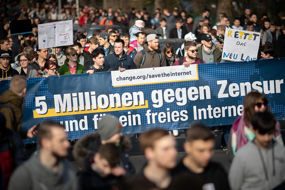 """Mehrere zehntausend Menschen protestieren in Berlin unter dem Motto """"Save your Internet"""" gegen die geplante EU-Urheberrechtsreform. Die Demonstranten kritisieren den geplanten Artikel 13 der Reform, der Internetanbieter verpflichtet, urheberrechtlich geschützte unlizenzierte Inhalte zu entfernen. Sie befürchten, dass dies durch sogenannte Uploadfilter geschieht. Demonstranten mit Banner: 5 Millionen gegen Zensur.<br /> <br /> [© Christian Mang - Veroeffentlichung nur gg. Honorar (zzgl. MwSt.), Urhebervermerk und Beleg. Nur für redaktionelle Nutzung - Publication only with licence fee payment, copyright notice and voucher copy. For editorial use only - No model release. No property release. Kontakt: mail@christianmang.com.]"""