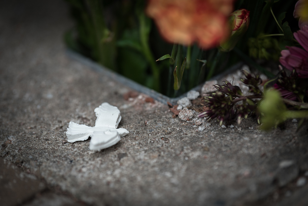 23 August 2018, Amsterdam, Netherlands: A peace dove and flowers honour a monument at the Armenian Church in Amsterdam. A ìWalk of Peaceî on 23 August in Amsterdam gathers hundreds of young people and religious leaders who, as they stroll together, celebrating the ecumenical movement and challenging each other to accomplish even more. The walk offers moments of reflection and prayer at several houses and buildings - including a synagogue, the Santí Egidio Community, the Armenian Church, and many others - all of which carried stories of blessings, wounds and transformation.