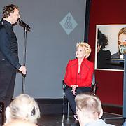 NLD/Amsterdam/20150529 - Uitreiking Johan Kaart prijs 2015, John van Eerd zingt lied voor Simone Kleinsma