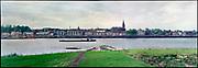 Nederland, Nijmegen, 15-5-1992  Panoramfoto van de skyline van nijmegen vanaf de kant van Lent, de overkant dus. Zicht op de waa, waalkade, valkhof en st. stevenskerk . Een binnenvaartschip vaart voorbij . Foto: ANP/ Hollandse Hoogte/ Flip Franssen