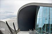 Nederland, the Netherlands, Arnhem, 1-9-2015Het nieuwe station van de gelderse hoofdstad nadert zijn langverwachte voltooiing. De ov terminal met parkeergarage en fietsenstalling is bijna klaar. Werknemers van Breng leggen infrastructuur voor de trolleybus aan op het plein waar de stadsbussen en streekbussen stoppen. De ingewikkelde architectuur heeft het bouwproject veel problemen en vertraging opgeleverd.FOTO: FLIP FRANSSEN/ HOLLANDSE HOOGTE
