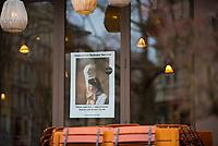 DEU, Deutschland, Germany, Berlin, 20.03.2020: Ein zwar noch geöffnetes aber dennoch menschenleeres Restaurant im Bezirk Prenzlauer Berg wirbt mit einem Plakat für seinen Lieferdienst für Menschen in Quarantäne - Quarantine Delivery Service. Auswirkungen der Pandemie, Coronavirus (Covid-19), Corona auf das öffentliche Leben in Berlin. Bis auf wenige Ausnahmen (Restaurants dürfen noch von 9-18 Uhr geöffnet sein) mussten die meisten Geschäfte schließen.