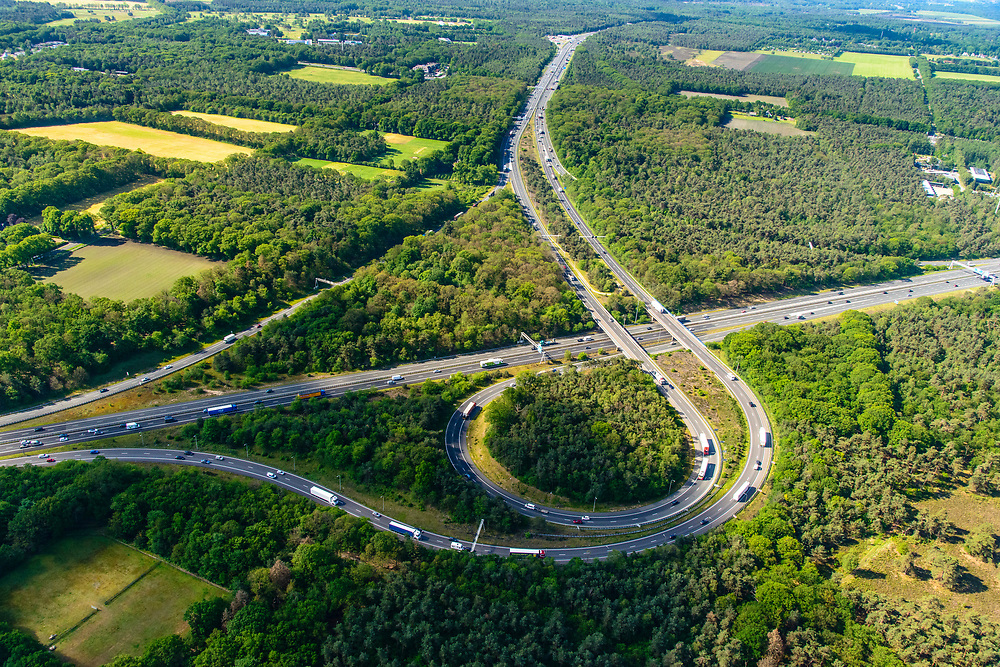 Nederland, Gelderland, Wolfheze, 29-05-2019; Knooppunt Grijsoord, verbinding A12 (Ede-Arnhem) met A50 naar het Zuiden, boven in beeld (richting Nijmegen),  Het trompetknooppunt ligt ten noordwesten van Arnhem.<br /> Grijsoord junction, near Arnhem, connects motorways A12 and A50.<br /> <br /> luchtfoto (toeslag op standard tarieven);<br /> aerial photo (additional fee required);<br /> copyright foto/photo Siebe Swart