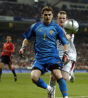 Fotball<br /> Privatlandskamp<br /> Spania v England<br /> 17. november 2004<br /> Foto: Digitalsport<br /> NORWAY ONLY<br /> England's Wayne Rooney (R) shoves Spanish goalkeeper Casillas in the back which sparks furious Spanish reactions against the England youngster