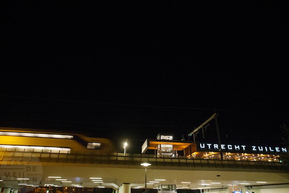 Een trein passeert station Utrecht Zuilen.<br /> <br /> A train is passing railway station Utrecht Zuilen.