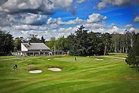 HILVERSUM - Hilversumsche Golf Club, hole 18 , 100 meter voor de green met clubhuis. FOTO KOEN SUYK