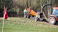 LOCHEM - Greenkeepers aan het werk met het kappen en snoeien van bomen. Lochemse golfclub de Graafschap in de winter. COPYRIGHT KOEN SUYK