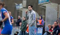 BLOEMENDAAL - Roel Stofmeel , coach van Zwolle,  tijdens de overgangsklasse competitiewedstrijd hockey tussen de vrouwen van Bloemendaal en Zwolle (2-0). COPYRIGHT KOEN SUYK