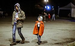 27.09.2015, Grenzübergang, Salzburg, AUT, Fluechtlingskrise in der EU, im Bild Flüchtlinge warten an der Grenze zu Deutschland und schlafen am Boden oder in Zelten, ein Jugendlicher und ein Junge in einer Decke gehüllt, mit Getränken // Refugees wait on the border to Germany and to sleep on the ground or in tents, a teenager and a boy wrapped in a blanket, with drinks.. Thousands of refugees fleeing violence and persecution in their own countries continue to make their way toward the EU, border crossing, Salzburg, Austria on 27.09.2015. EXPA Pictures © 2015, PhotoCredit: EXPA/ JFK
