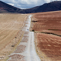 Dry landscape scene between the Salinas de Maras and the road leading to Moray.