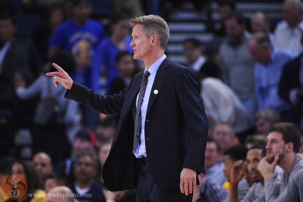 November 5, 2014; Oakland, CA, USA; Golden State Warriors head coach Steve Kerr instructs during the third quarter against the Los Angeles Clippers at Oracle Arena. The Warriors defeated the Clippers 121-104.