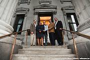 L'Ordre des architectes du Québec remet une plaque honorifique pour souligner le prix d'excellence 2009 pour la renovation de la façade du siège social de la Banque de Montréal sur la place d'Armes à Montréal, en compagnie des architectes de DFS inc. Architecture & Design à l'occasion d'un petit-déjeuner -  Banque de Montréal, place d'Armes / Montreal / Canada / 2009-09-22, © Photo Marc Gibert / adecom.ca