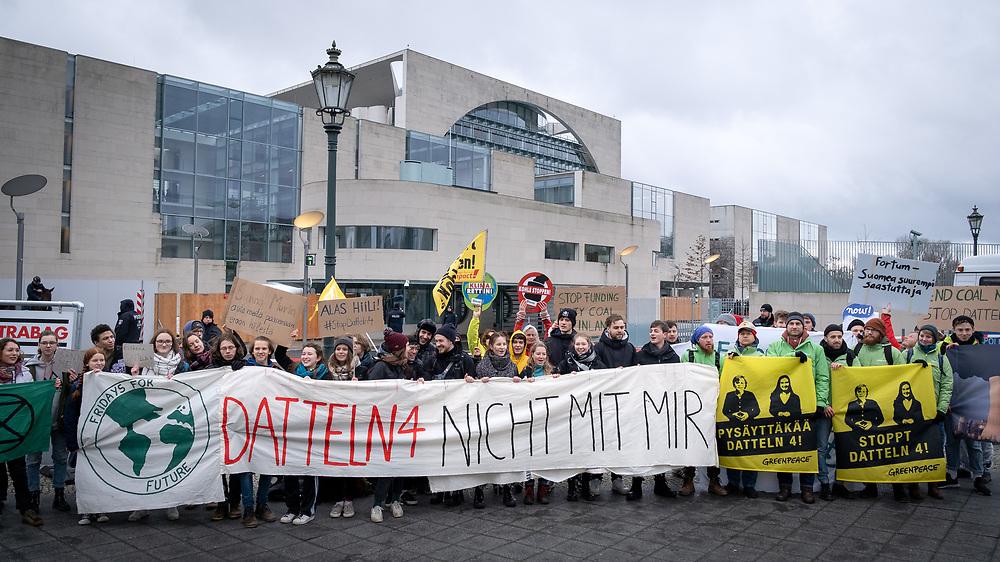Klimaaktivisten von Fridays for Future, Greenpeace, BUND und Ende Gelände protestieren anlässlich des Staatsbesuchs der f i n n i s c h e n   P r ä s i d e n t i n  S a n n a  M a r i n  vor dem Kanzleramt in Berlin gegen gegen die Inbetriebnahme des Steinkohlekraftwerks Datteln IV.<br /> Der finnische Energiekonzern Fortum ist Großaktionär beim Düsseldorfer Energiekonzern Uniper, der Datteln 4 betreibt, dem finnischen Staat hält die Aktienmerheit an Fortum. Demonstranten mit Banner: Datteln 4 nicht mit mir.<br /> <br /> [© Christian Mang - Veroeffentlichung nur gg. Honorar (zzgl. MwSt.), Urhebervermerk und Beleg. Nur für redaktionelle Nutzung - Publication only with licence fee payment, copyright notice and voucher copy. For editorial use only - No model release. No property release. Kontakt: mail@christianmang.com.]